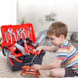 Baby mit Spielwerkzeug