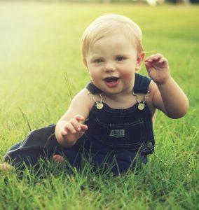 Baby spielt in der Natur