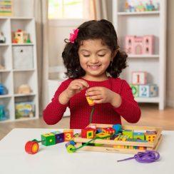 Kind mit Holzspielzeug
