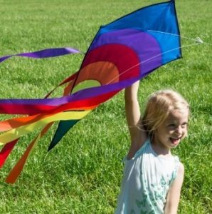 Kind spielt mit Drachen